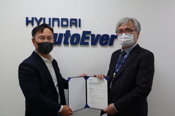 현대오토에버 차량 전장 SW 사업부장 임양남(왼쪽) 상무가 DNV이장섭 대표이사에게 '모빌진 클래식 4.4'의 자동차 기능안전 국제 표준 인증 최고 등급인 'ASIL-D' 인증서를 받고 기념촬영을 하고 있다. 현대오토에버 제공