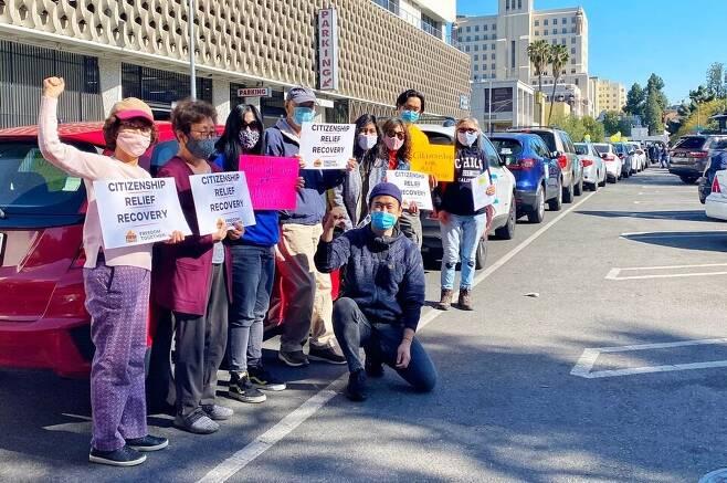 2021년 3월24일 재미 한국인 이민자 권익 활동가와 봉사자들이 미국 캘리포니아주 로스앤젤레스에서 차량 시위를 하고 있다.