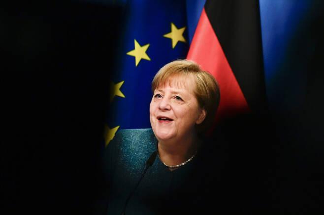 앙겔라 메르켈 독일 총리가 지난 7일 베를린의 총리 관저에서 청소년 정책과 관련한 온라인 토론에 참여하면서 미소를 짓고 있다.   베를린|EPA연합뉴스
