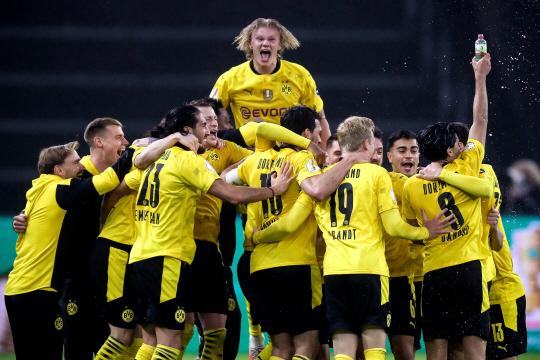 군계일학 : 도르트문트의 엘링 홀란(위)이 14일 오전(한국시간) 독일 베를린의 올림피아슈타디온 베를린에서 열린 DFB 포칼 결승에서 승리한 뒤 동료들과 기쁨을 나누고 있다. EPA 연합뉴스