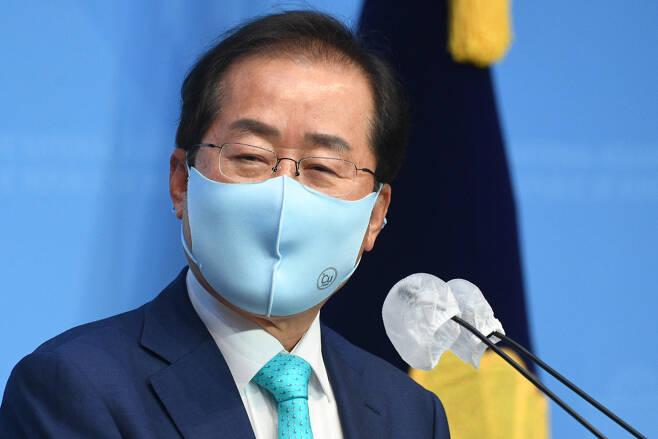 홍준표 무소속 의원이 지난 10일 서울 여의도 국회 소통관에서 국민의힘에 복당을 신청하겠다고 밝히고 있다. [연합]