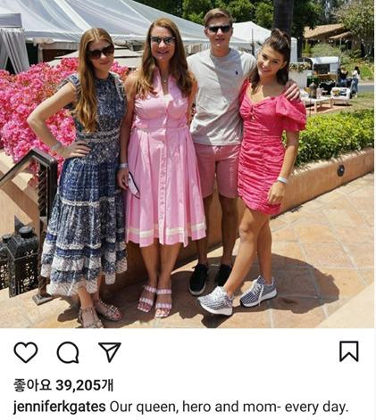 게이츠 부부 장녀 제니퍼가 빌 게이츠와 멀린다 이혼 발표 후 처음 올린 가족 사진. 아버지 빌 게이츠는 제외됐다. [제니퍼 인스타 캡처]