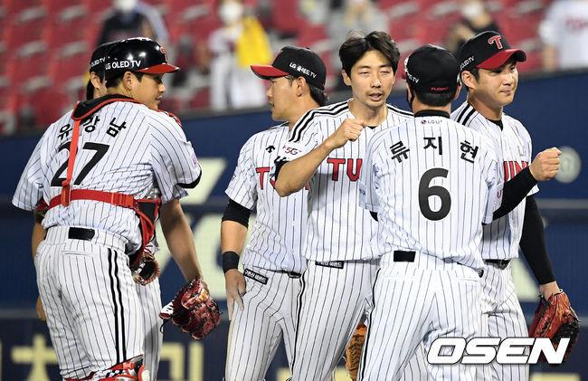 [OSEN=잠실, 지형준 기자]경기를 마치고 LG 류지현 감독이 선수들과 승리 하이파이브를 하고 있다. /jpnews@osen.co.kr