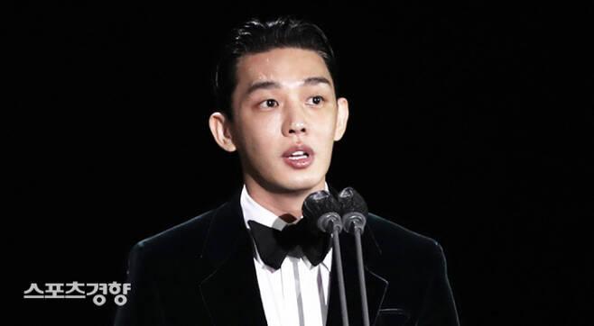 '제57회 백상예술대상'에서 영화 부문 남자 최우수연기상을 받은 유아인이 소감을 말하고 있다. 주최 측 제공