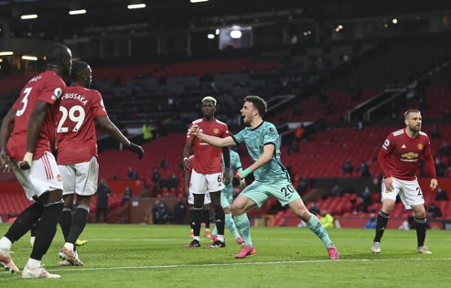 리버풀 디오구 조타가 14일 맨유전에서 팀 첫번째 골을 터뜨린 뒤 환호하는 사이 맨유 선수들은 아쉬워하고 있다. AP연합뉴스