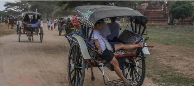 유네스코 세계문화유산인 바간에서 마차를 타고 있는 중국인 관광객 [이라와디 사이트 캡처. 재판매 및 DB 금지]