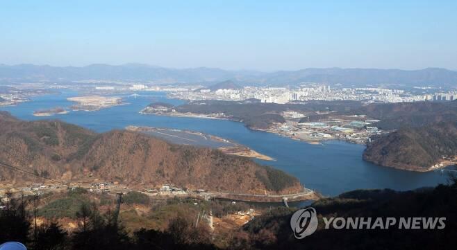 삼악산 정상에서 본 의암호 일대 [연합뉴스 자료사진]