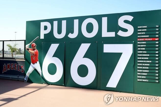 에인절 스타디움에 설치된 푸홀스의 통산 홈런 이정표 [게티이미지/AFP=연합뉴스 자료사진]