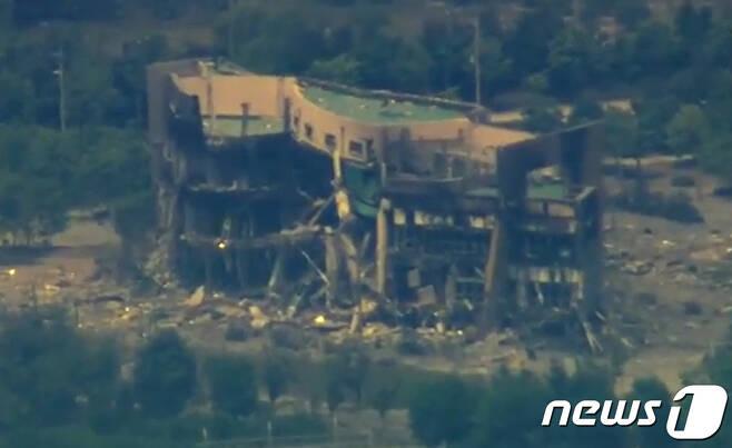 KBS가 17일 휴전선 인근 비행금지선(NFL)에 인접한 파주시 문산읍의 상공에서 폭파 후 뼈대만 남은 개성 남북공동연락사무소의 모습을 촬영해 보도했다. (KBS 1TV 캡처) 2020.6.17/뉴스1