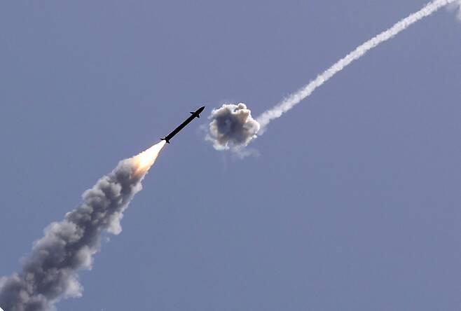 지난 11일(현지 시각) 이스라엘 남부 아슈켈론 상공에서 이스라엘군의 방공시스템인 '아이언 돔' 미사일이 가자지구로부터 날아오는 로켓포를 요격하고 있다. /AFP 연합뉴스
