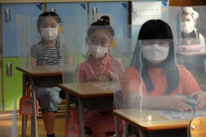 코로나19 유행 이후, 학교 교실 책상에는 가림막이 설치됐다. 거리두기가 강화되면서 친구들 사이 거리도 멀어지고 있다. 2020년 9월 인천석정초등학교 1학년 교실 모습. 류우종 기자