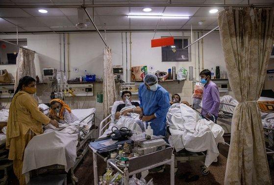 인도 뉴델리의 한 병원 레지던트 의사가 병원에 밀려드는 코로나19 환자를 27시간째 돌보고 있다. [로이터=연합뉴스]
