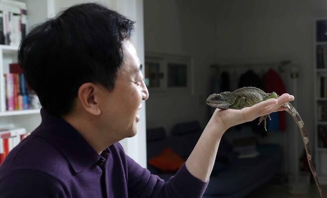 쫀 양, 아빠 손바닥 위가 제일 편하다. 김상선 기자