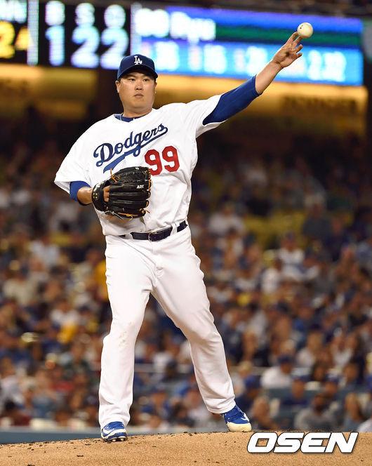 [OSEN=LA(미국 캘리포니아주), 최규한 기자] 2019년 LA 다저스 시절 류현진이 1루로 견제구를 던지고 있다. /dreamer@osen.co.kr
