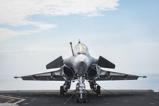 프랑스 해군 항공대 소속 라팔 M 전투기가 미 해군 핵항모 조지 부시호 갑판에 착륙해 대기하고 있다. 미 해군 제공