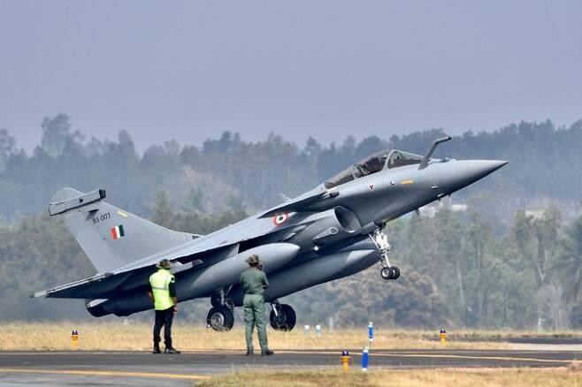 인도 공군 라팔 전투기가 활주로에서 이륙하고 있다. 세계일보 자료사진