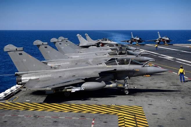 프랑스 해군 항공대 소속 라팔 M 전투기들이 핵항모 샤를 드골호 갑판에서 대기하고 있다. 세계일보 자료사진
