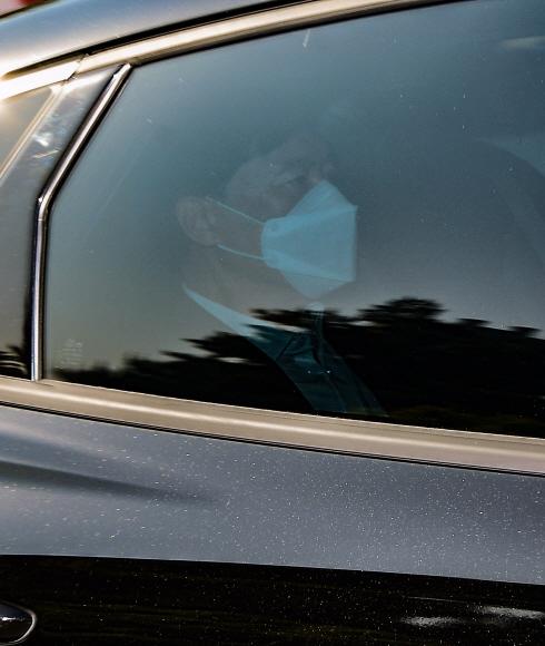 이성윤 서울중앙지방검찰청장이 13일 오전 서울 서초구 중앙지검으로 차량을 타고 출근하고 있다. 2021. 5. 13 박윤슬 기자 seul@seoul.co.kr