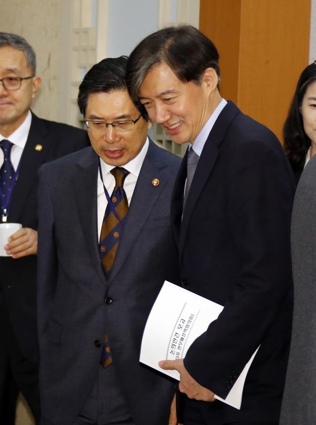 조국 청와대 민정수석(오른쪽)이 지난 2019년 2월 12일 청와대에서 국무회의에 앞서 열린 차담회에서 박상기 법무부 장관과 얘기를 나누기 위해 자리를 이동하고 있다. /연합뉴스