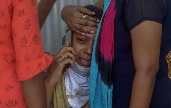 지난 3일 인도 뭄바이의 한 야전 병원에서 코로나19 사망자 가족이 슬퍼하고 있다. [AP=연합뉴스]