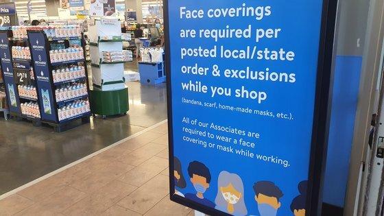 미국 대형마트 체인 월마트는 매장 내 마스크 착용 규정을 없앴지만 15일(현지시간) 찾아간 버지니아 한 매장에는 여전히 마스크를 써 달라는 안내문이 붙어 있었다. [김필규 특파원]