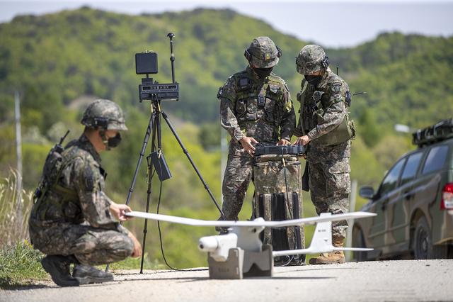 [서울=뉴시스] 오는 21일까지 육군과학화전투훈련단에서 진행되는 '신임장교 KCTC 전투훈련'에서 신임장교들이 교관과 함께 무인항공기(UAV) 장비를 운용하고 있다. 2021.05.16. (사진=육군 제공) *재판매 및 DB 금지
