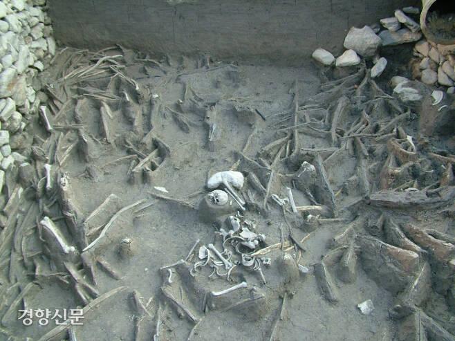 동래읍성 해자에서는 임진왜란 발발 초기인 1592년 4월15일 벌어진 동래성 전투 직후의 참혹한  광경을 재현할 수 있다. 죄없는 민간인들이 떼죽음을 당해 이곳에 버려졌음을 알 수 있다. |경남문화재연구원 제공
