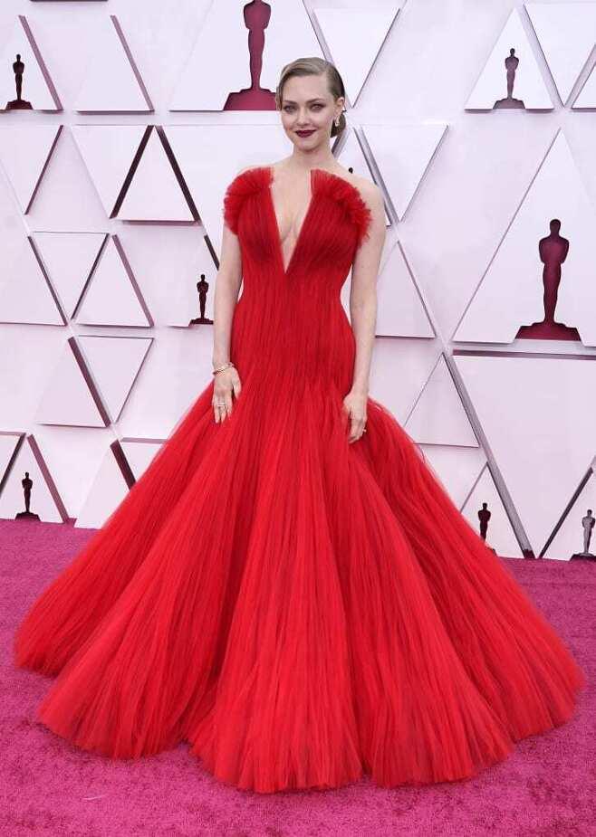 출처: 아만다 사이프리드의 2021 오스카 드레스