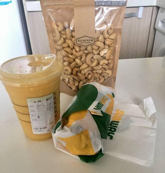 출처: 비건 체험 둘째날 아침식사. 음료는 스타벅스 비건음료인 망고 바나나 블렌디드/촬영=김주리 기자