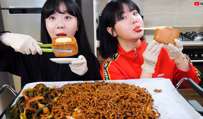 출처: 1분차이 쌍둥이 언니랑 짜파게티 + 파김치 + 모짜렐라 치즈 스팸 먹방 ㅣblack bean noodle TWINS MUKBANG