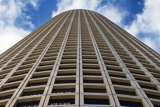 출처: 낮은 세율과 낮은 공시지가로 대형 빌딩을 가진 대기업만 혜택을 본다.