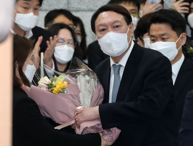 지난 3월 4일 사의를 표명한 뒤 대검찰청 청사를 나서는 윤석열 전 검찰총장ⓒ데일리안 류영주 기자