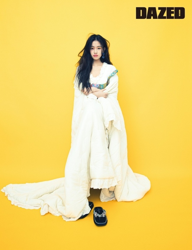 A picture of Ahn Yu-jin from IZ*ONE has been released.On May 26, fashion magazine Daysed released the first solo picture of Ahn Yu-jin, which is at the new starting point.In this picture, which was based on the concept of dreaming under the moonlight, Ahn Yu-jin showed a hopeful and lovely appearance.Ahn Yu-jin was reminiscent of a full bloom of flowers with a rich silhouette black tulle dress.Styling, which matches the roper in a white shirring dress, caught the attention of those who produced scenes that seemed to be a pajama party.In particular, Ahn Yu-jin is a back door that showed off his big height and perfect visuals, played various poses and facial expressions, but led the scene atmosphere with his unique energetic energy when the camera turned off.Ahn Yu-jin last month completed an online concert One the Story (ONE, THE STORY) last month and completed two and a half years of IZ*ONE activities.After the end of the activity, SBS popular song is leading and preparing for a new start.On the other hand, more pictures of Ahn Yu-jin can be found in the June issue of Daised