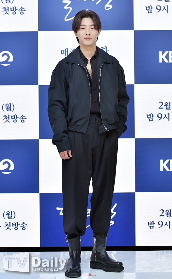 A month after the end of the race, the Moon rising river is still in controversy.Production company has shot back the actor Ji Soos agency, which caused damage to the work by getting off the center.On the 26th, KBS2 monthly drama The Moon Rising River (playplayed by Han Ji-hoon and director Yoon Sang-ho) Production Company VictoriousContent claimed that Ji Soos agency Keyeast Entertainment is not paying damages through its official position.The Moon Rising River, which started broadcasting on February 15, was caught up in the controversy over the main actor Ji Soo School violence.In the early days of the broadcast, Ji Soo finally acknowledged the fact of school violence in six episodes and got off the work.18 of the 20 films have already been filmed, and Production Company has rescued a new actor and re-shot.The first to sixth episodes that were aired earlier also took a re-shoot of the main part and started to provide a re-view service.Production company took on the financial damage that inevitably occurred in the process.VictoriousContent Keyeast Entertainment Non-Cooperation vs Keyeast Entertainment Real Settlement must beOn February 2, VictoriousContent filed a lawsuit against Keyeast Entertainment for damages of 3 billion won, claiming some of the damages.After the complaint, he announced his position twice and urged Keyeast Entertainment to work in a cooperative manner.Production Company said, Although additional cost loss was severe, I made a tremendous decision to re-shoot the entire amount of one to six times in order to keep the promise to show the finished work to the viewers. In order to recover these damages quickly and concentrate on producing good dramas, I was inevitably raised because of non-cooperation. Keyeast Entertainment immediately refuted.After the controversy over the School violence, we discussed closely with production companies VictoriausContent and KBS Broadcasting. We also made it clear that we are willing to take responsibility only fo
