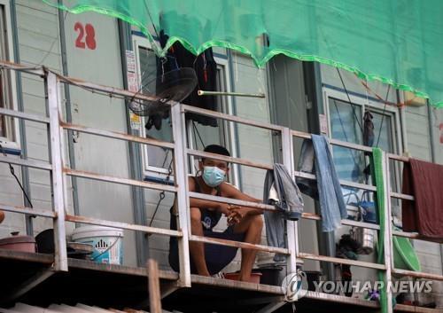1천여명의 코로나 확진자가 발생해 봉쇄된 방콕 내 외국인 노동자 숙소.2021.5.22 [로이터=연합뉴스]