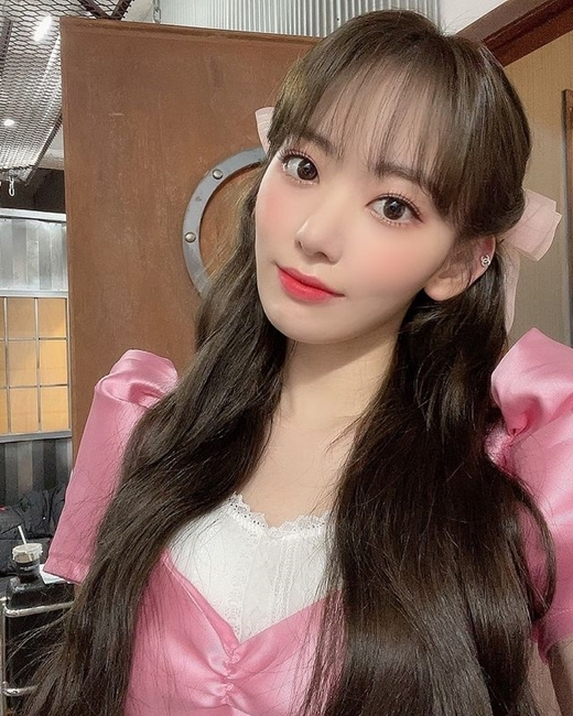 Sakura wants to see it on Instagram on the 28th . . . . , and posted several photos. It is a picture taken with a cute puppy in his arms.Both Sakura and the dog are decorated with ribbons. Sakuras eyes are full of affection.Sakura also released a selfie photo of herself, which is admirable by Sakuras doll-like beauty, staring at the camera with her long hair hanging down from a thick wave.On the other hand, Sakura will end his group HKT48 activities after graduation concert on June 19th.copyright holder c