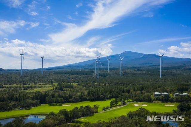 [서울=뉴시스] 한화건설이 건설한 제주 수망 풍력발전단지. (사진=한화건설 제공)