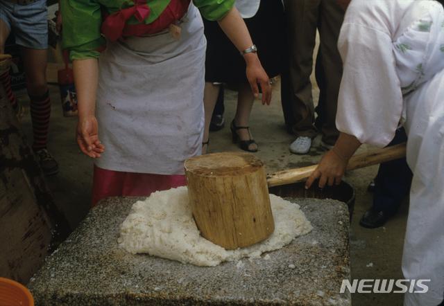 [서울=뉴시스] 떡메로 떡을 찧는 모습 (사진= 국립민속박물관 제공) 2021.06.08. photo@newsis.com.