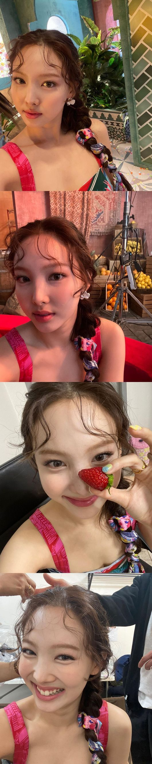TWICE Nayeon flaunts Doll beautyOn the 8th, Nayeon posted several photos on the official Instagram of TWICE with a short comment called Kingle.Nayeon in the open photo is staring at the camera with his twisted head. Especially, a small face and a refreshing smile that bursts into juice attracts the attention of fans.Meanwhile, TWICE will release the soundtrack and movie of the title song Alcohol-Free at 6 pm on the 9th and officially release the tenth mini album Taste of Love at 1 pm (Eastern US time 0 pm) on the 11th.TWICE Instagram