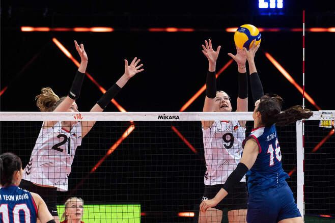 독일에 완패한 한국 여자배구대표팀. (FIVB 홈페이지) © 뉴스1
