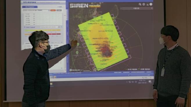 원전에서 중대 사고가 발생하면 대기 중 방사능 유출이 가장 먼저 영향을 준다. 한국원자력안전기술원(KINS) 연구원이 풍향 풍속 등에 따라 방사성 물질의 확산을 예측하는 과정을 설명하고 있다. 한국원자력안전기술원(KINS) 제공