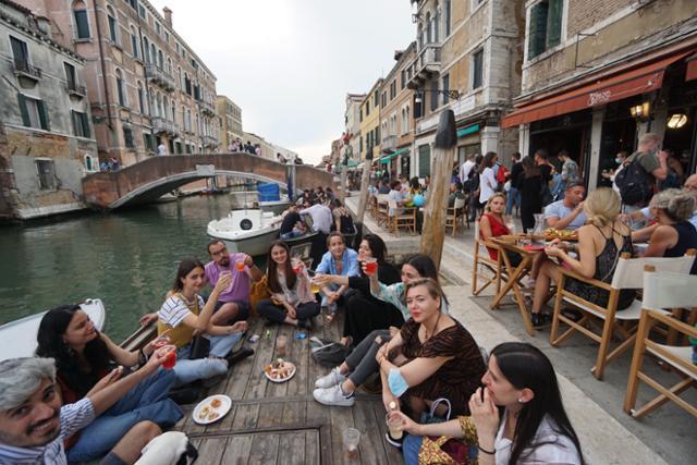 이탈리아의 베네치아가 코로나19 확산 위험이 낮은 '화이트존'으로 분류되면서 제한조치가 완화된 7일 관광객들이 식당에 모여 있다. 베네치아=EPA 연합뉴스
