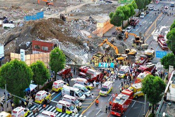 9일 오후 광주광역시 동구 학동의 재개발구역에서 철거 중인 5층 건물이 무너지면서 도로가에 정차 중인 시내버스를 덮쳤다. 매몰 사고 현장에서 소방대원들이 굴착기를 동원해 구조 작업을 하고 있다. 프리랜서 장정필