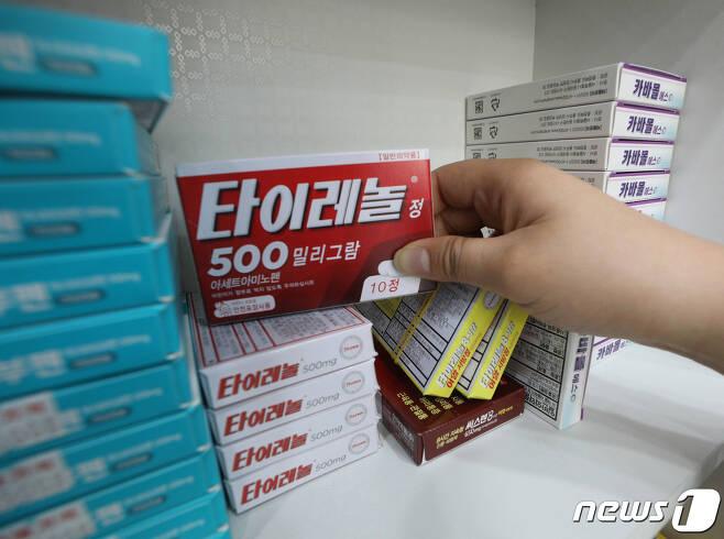 27일 오후 서울의 한 약국에서 타이레놀을 판매하고 있다.  2021.5.27/뉴스1 © News1 신웅수 기자