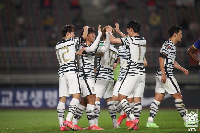 대표팀 선수들이 팀의 다섯번째 골을 넣고 기뻐하고 있다. 제공   대한축구협회