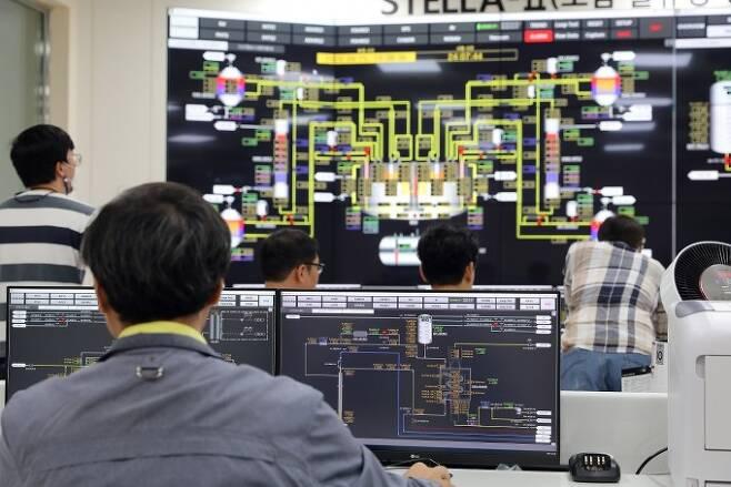 한국원자력연구원 연구원들이 제어실에서 사용후핵연료를 태워 없애기 위한 용도로 개발한 소듐냉각고속로(SFR)의 실증로인 '스텔라-2' 실험 상황을 확인하고 있다. 한국원자력연구원 제공