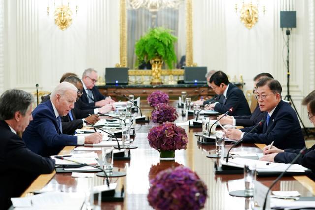 문재인 대통령이 지난달 21일 미국 워싱턴 백악관 국빈만찬장에서 조 바이든 미국 대통령과 확대회담을 하고 있다. 뉴시스