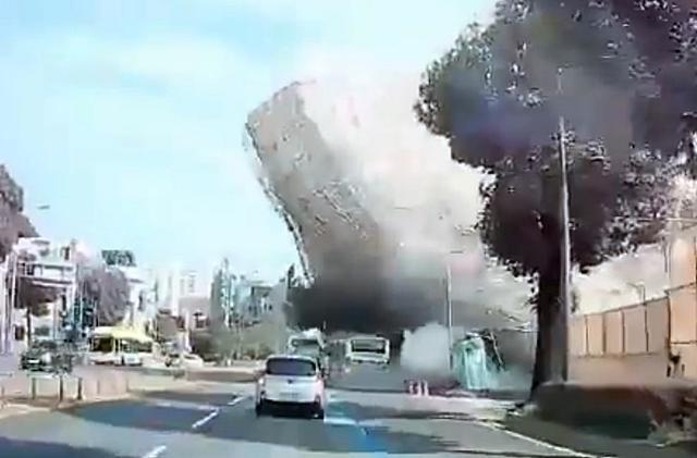 9일 오후 4시 22분쯤 광주 동구 학동4구역 재개발 현장에서 철거 중이던 5층 건물이 도로 쪽으로 무너지며 시내버스를 덮치고 있다. 이 사고로 시내버스 승객 9명이 숨지고 8명이 중상을 입었다. 광주=뉴스1