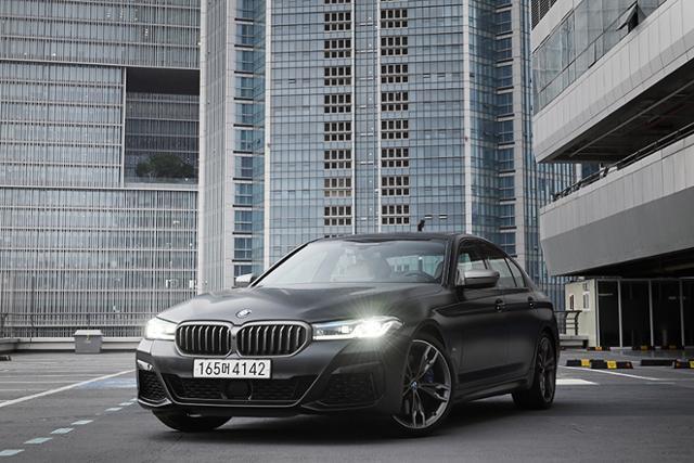 BMW의 M 퍼포먼스 모델, M550i xDrive는 강력한 성능과 여유로운 감성을 동시에 누릴 수 있다.