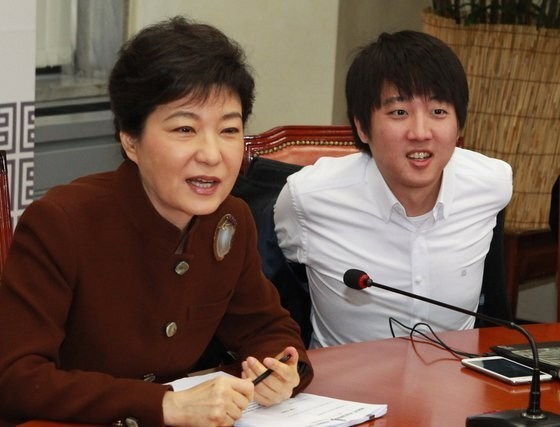 2012년 3월 12일 새누리당 비대위 회의 당시 모습. 왼쪽은 박근혜 당시 비대위원장, 오른쪽이 당시 비대위원으로 발탁된 이 대표다. 중앙포토